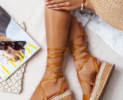 Sandały na koturnie czy obcasie – jakie wybrać?