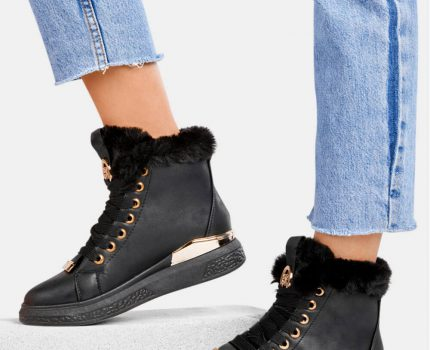 Sneakersy to uniwersalne rozwiązanie?